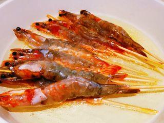 蒜蓉串串虾,放入虾,炸片刻