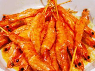 蒜蓉串串虾,放入虾翻炒