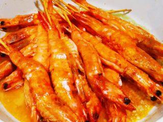 蒜蓉串串虾,加入料酒,翻炒
