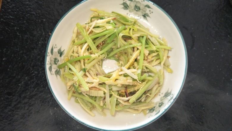 开胃小炒☞芹菜炒笋丝,十分钟就可以完成了,开胃小炒。