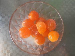 艾叶青团(咸蛋黄肉松馅),将咸蛋黄放入高度白酒或玉米油里泡半个小时