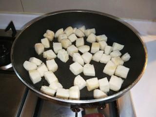 馒头抱蛋,平底锅倒入适量油烧热,倒入馒头煎制。