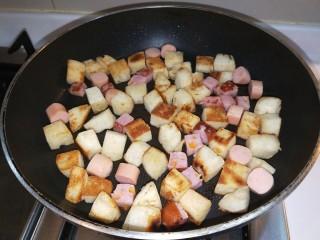 馒头抱蛋,放入香肠一起煎制。