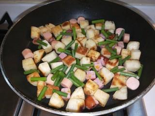馒头抱蛋,最后放入蒜苔翻炒均匀。