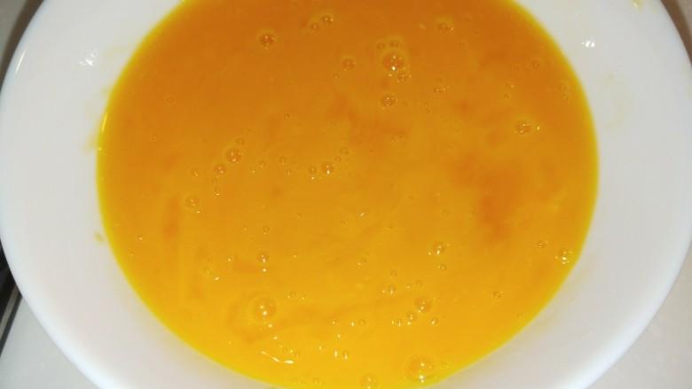 馒头抱蛋,鸡蛋要搅拌均匀。