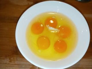 馒头抱蛋,打入五个鸡蛋加入适量盐。