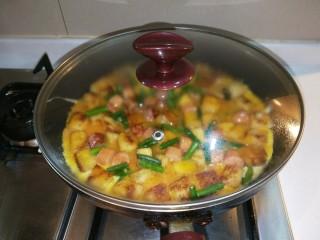 馒头抱蛋,盖好锅盖焖两分钟即可。