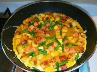 馒头抱蛋,打开锅盖非常漂亮的馒头包鸡蛋做好。
