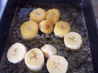 焦糖肉桂香蕉,煎至一面金黄,轻轻的翻面。
