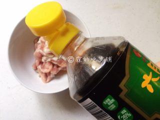 三丝炒面,加料酒、生抽,少许的淀粉,抓匀,腌制一会儿。