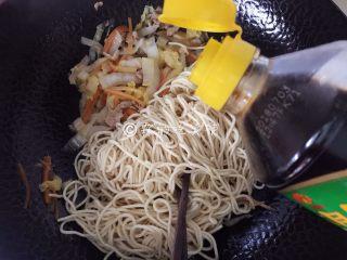 三丝炒面,等菜差不多熟了的时候,把面条倒入,再放入生抽。