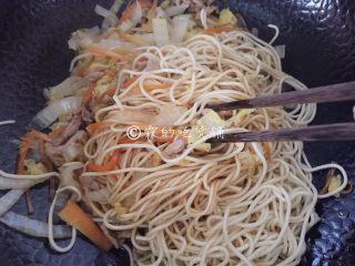 三丝炒面,用筷子加锅铲,翻炒均匀。