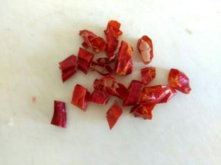 黄瓜拌干豆腐,干红辣椒切小段