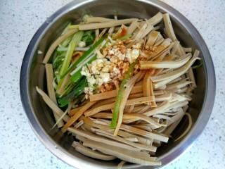 黄瓜拌干豆腐,把黄瓜丝,干豆腐丝,葱蒜干放入盆中,加入两勺生抽,一勺醋,适量盐