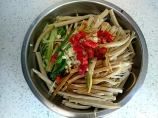 黄瓜拌干豆腐,放入干红辣椒