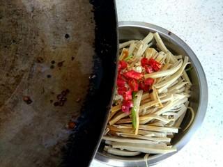黄瓜拌干豆腐,把花椒油浇到干红辣椒上