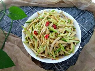 黄瓜拌干豆腐,盛到盘中