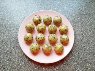 芝麻核桃酥,分成20g一份搓圆。