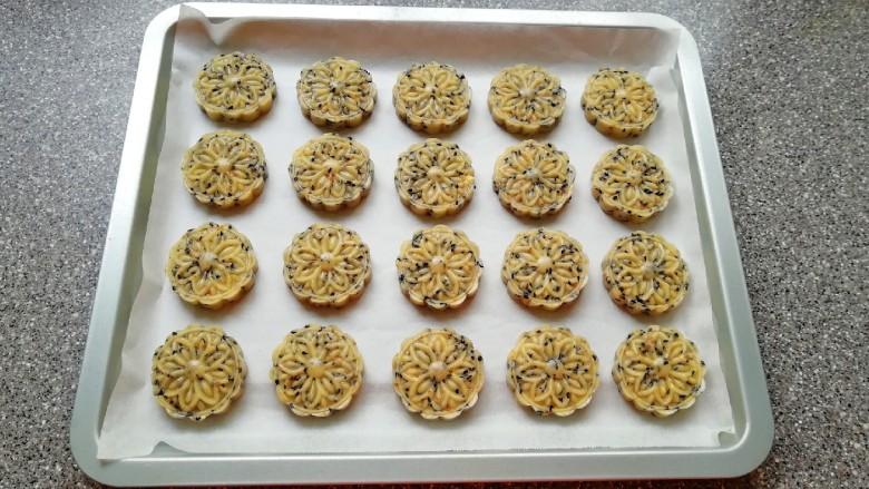 芝麻核桃酥,烤盘里铺上油纸,放上做好的芝麻核桃酥。