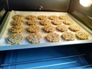 芝麻核桃酥,送入预热好的烤箱。