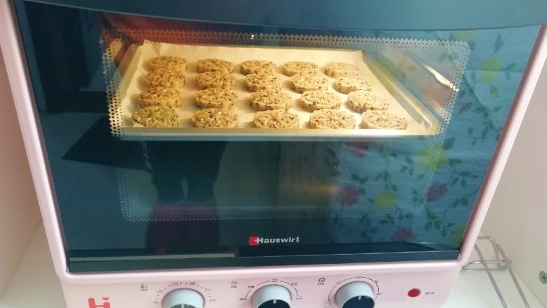 芝麻核桃酥,上下管170度烤20分钟。