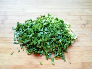 韭菜素馅包子,韭菜洗干净沥干水分切碎。