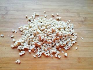 韭菜素馅包子,老豆腐上锅蒸10分钟取出晾凉切成小丁。