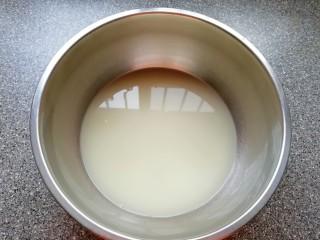 韭菜素馅包子,盆里倒入温水,加入发酵粉、泡打粉和糖混合均匀。