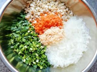 韭菜素馅包子,准备好的馅料食材全部放入盆里。