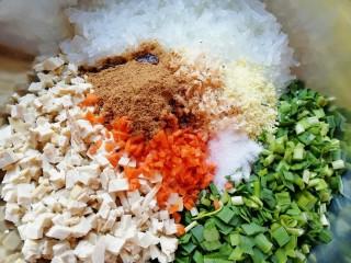 韭菜素馅包子,放盐、鸡精、酱油、十三香和香油搅拌均匀。