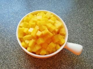 牛奶芒果西米露,大芒果去皮去核切成小块备用。