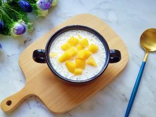 牛奶芒果西米露,放入芒果果肉,牛奶芒果西米露就做好了。