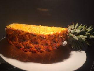 凤梨、菠萝咕噜肉,灯光下凤梨像不像一件艺术品。说着说着好像跑题了,接下来说正事哈。