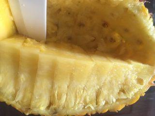 凤梨、菠萝咕噜肉,内部可以用刀子再沿底部划一刀,更好挖出果肉。