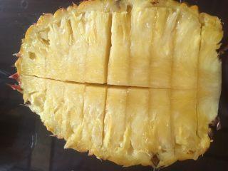 凤梨、菠萝咕噜肉,再横向每个1厘米宽度的间距划开,如图。注意控制好刀度,别捅破哦。