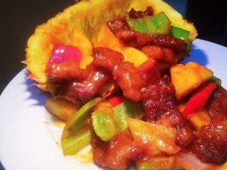 凤梨、菠萝咕噜肉,像这样没有汤汁留在盘底,而肉又均匀裹满酱汁才是一道合格的凤梨咕噜肉。
