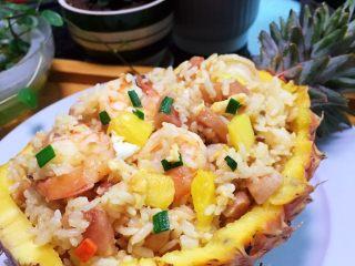 凤梨、菠萝咕噜肉,用菠萝壳装菠萝虾仁炒饭又是一道美味佳肴。一个菠萝二种吃法。