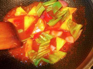 凤梨、菠萝咕噜肉,倒入青红椒、洋葱、菠萝或凤梨块翻炒均匀。
