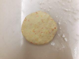 胡萝卜橙香蜂蜜面包,取一个面团表面沾点粉,拍扁,排掉大部分气体,尤其不能有大气泡
