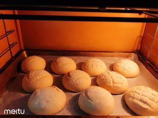 胡萝卜橙香蜂蜜面包,上火200下火170烤15分钟,出炉震盘