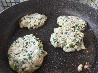 菠菜豆渣饼,搅拌均匀后放入不沾锅里煎制。