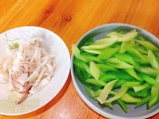 西芹炒鱿鱼+春天的味道,捞出沥干水分