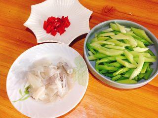西芹炒鱿鱼+春天的味道,鱿鱼,辣椒也切小备用