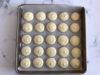 迷你巧克力夹心派,放入提前预热好的烤箱上下火170度烤15分钟