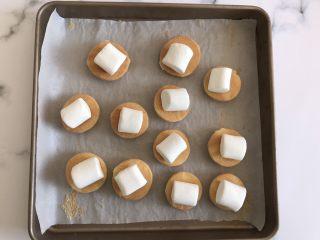 迷你巧克力夹心派,烤好后取出一半蛋糕饼翻面放上棉花糖继续烤2分钟即可