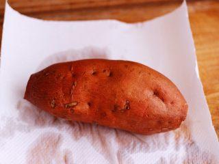香甜软糯的烤红薯,切好的红薯,用厨房用纸擦干。