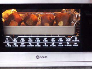 香甜软糯的烤红薯,上下管180度度烤60分钟。(时间及温度仅供参考,具体根据自家烤箱性能另定,时间也要根据红薯的大小另定)