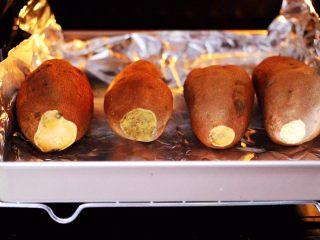 香甜软糯的烤红薯,烤盘放入东菱烤箱的中层。