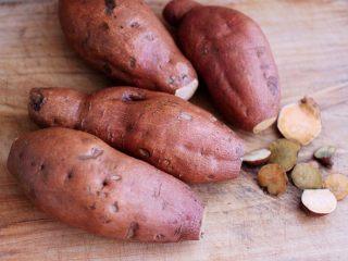 香甜软糯的烤红薯,再把红薯两头的尖部用刀切掉。