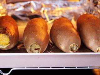 香甜软糯的烤红薯,60分钟后的红薯,已经烤的熟透啦。